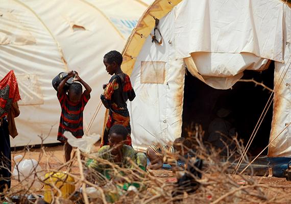Szomáliai gyerekek az afrikai Dadaab menekülttáborában, ahol állandó fenyegetést jelent az élelemhiány.