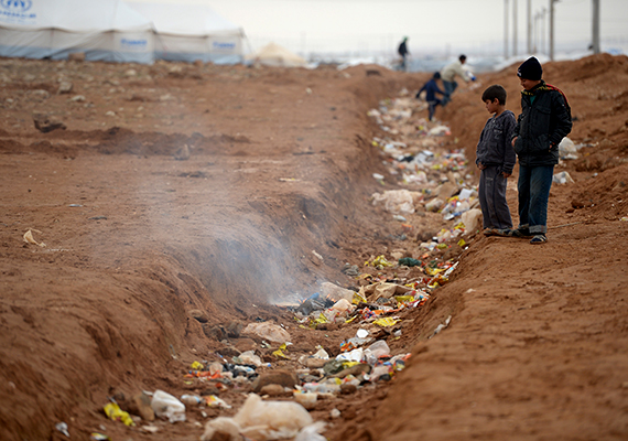Szemét és embertelen körülmények a túlzsúfolt, jordániai Za'atari menekülttáborban.
