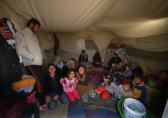Mégis hálásak, akik oltalmat találnak itt - így néz ki belülről egy sátor a jordániai táborban.