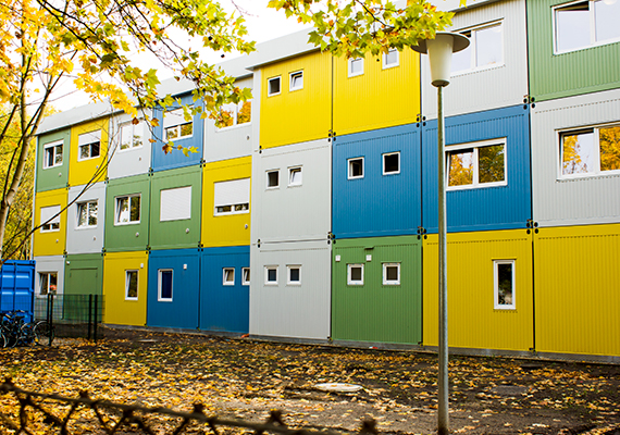 A képen már egy európai, németországi menekülttábor látható. A berlini tábor a kérelmük elfogadására váró menekültek befogadása céljából épült.