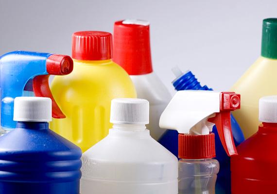 A különféle vegyszerek is komoly kockázatot jelentenek: amennyiben szeretnéd kizárni a mérgező anyagokat otthonodból, próbálj meg minél természetesebb módszereket alkalmazni a takarítás, házimunka során. Kattints ide, és ismerd meg a legnépszerűbb természetes szereket!