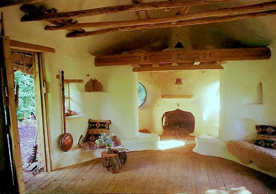 Ilyen a ház belülről. Az ablakok régi autószélvédőkből készültek.