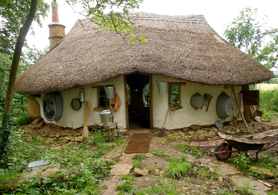 Michael Buck háza a természetben fellelhető, illetve újrahasznosított anyagokból épült. A férfinak voltak segítői, a ház padlójához például egyik szomszédjától szerzett anyagot, emellett az építkezést sem kellett teljesen egyedül megoldania.