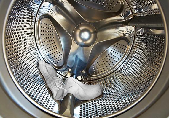 A mosógép tisztítását sem lehet a végtelenségig húzni, ha ugyanis elhanyagolod, az eszköz sokkal hamarabb tönkremehet. Háromhavonta érdemes egy ecetes tisztítást lefuttatni a gépen, ez nemcsak a vízkővel bánik el, de a baktériumokat is elpusztítja. A részletekről itt olvashatsz bővebben.