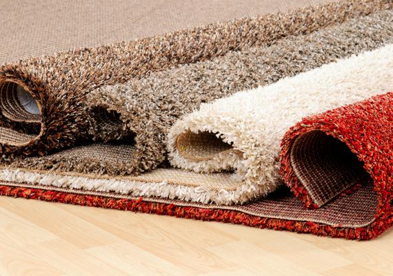 Akár szőnyegpadlód van, akár csak néhány futó- vagy rongyszőnyeg van leterítve a lakásban, ezeket heti legalább két alkalommal ki kell porszívózni, főleg, ha kisállatot is tartasz. Az alapos tisztítás menetéről itt olvashatsz bővebben.