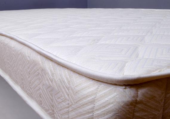 A matracot is jó, ha hetente egyszer átporszívózod, érdemes emellett minél gyakrabban forgatni, így meghosszabbítod élettartamát, és megelőzheted deformálódását. Ha többet szeretnél tudni arról, hogyan tarthatod karban, kattints ide!