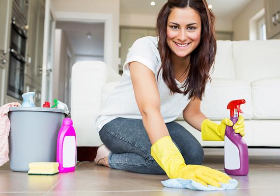 Az, hogy ki milyen gyakran végzi el egy évben a nagytakarítást - értjük ezalatt azt, hogy a lakás minden apró, eldugott részét kitakarítja, többek között kipakol a szekrényekből is -, egyéntől függ, negyedévente, félévente azonban érdemes egy nagyobb kaliberű takarítást megejteni. Persze, az is hatékony, ha valaki ezt úgy oldja meg, hogy folyamatosan iktatja be a lakás egy-egy olyan részének kitakarítását, mellyel nem foglalkozik minden héten. Kattints ide, ha kíváncsi vagy, mit milyen gyakran célszerű megtenni!