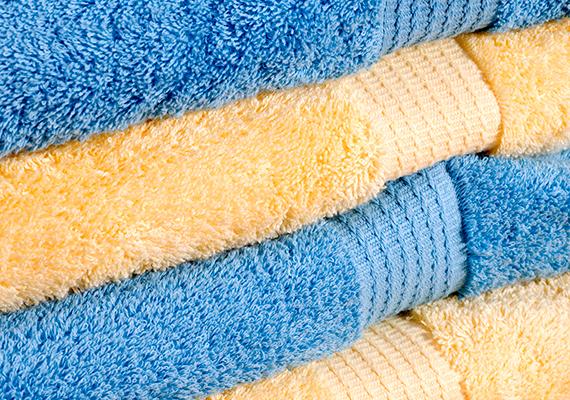 Ha nem különösebben piszkos, és csak tisztálkodás után használod, a törölközőt elég, ha hetente egyszer mosod ki, érdemes viszont többet is használni belőle, külön darabot a kéztörlésre, arcmosáshoz, fürdés után. Ha többet szeretnél tudni a témáról, és arra is kíváncsi vagy, mosás után hogy maradhatnak puhák a törölközők, kattints ide!