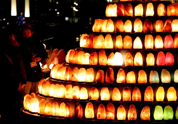 Előbbi elsősorban a narancssárga lámpára igaz, kapható azonban más színekben is, a vörös például élénkít, a fehér pedig a koncentrációs képességet növeli.