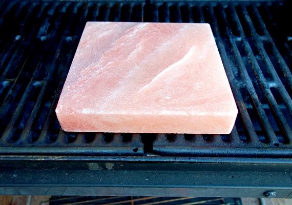 Végül, de nem utolsósorban a sótéglán sütni, illetve ételeket előkészíteni is lehet: speciális zamatot ad az egyes fogásoknak, emellett a só fertőtlenítő hatása miatt az ételek eltarthatósági ideje is hosszabb lesz.