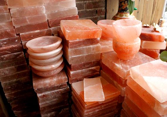 Utóbbi hatás eléréséhez nem is kell sólámpa, a sótégla is ugyanolyan hatékony: ebből a lakás több helyiségében is elhelyezhetsz egyet-egyet. Az sem véletlen, hogy egyre népszerűbb a sótéglából épített fal, így ugyanis a pozitív hatások felerősödnek.