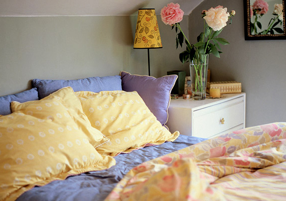 Megtartható a szükséges ágynemű is, ami személyenként egy készletet jelent a hozzá való két huzattal.