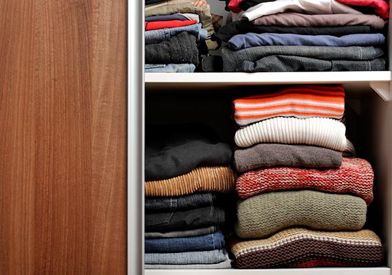 A végrehajtás során nem szabad lefoglalni a szükséges ruházati cikkeket, ami személyenként három felsőruhát, egy télikabátot, egy felöltőt és három lábbelit jelent.
