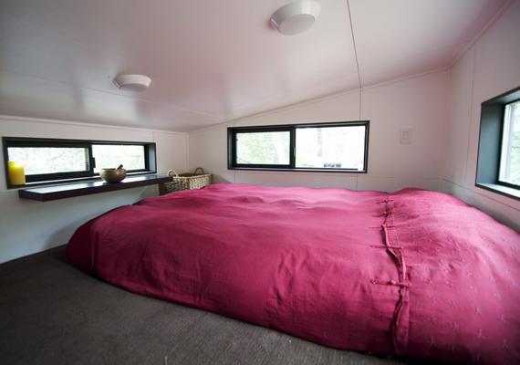 Ez a hálószoba, benne hatalmas ággyal. A tulajdonosok minden bizonnyal arra törekedtek, hogy maximálisan kihasználják a teret.