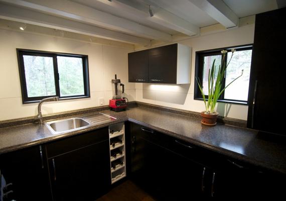 Így néz ki a konyha, mely teljesen gépesített, még borhűtőt is felfedezhetsz benne. Erről a képről meg sem lehetne állapítani, hogy egy mobilházban készült.