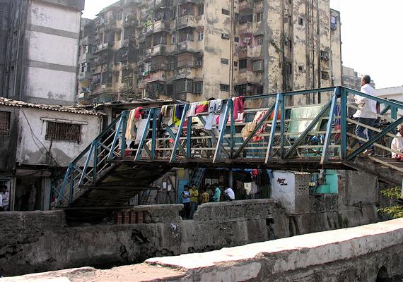 A képen Dharavi egyik bejárata látható, mely Mumbai legnagyobb nyomornegyede, egyúttal egyike a világ legismertebbjeinek is.