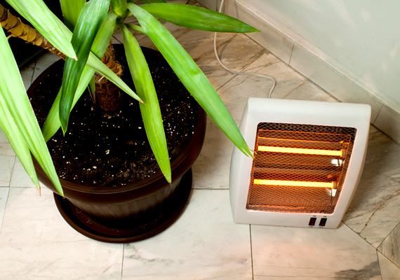 A villannyal való fűtés a lakás felmelegítésének egyik legköltségesebb formája, ami igaz a kisebb hősugárzók használatára is. Utóbbiak ráadásul nem számítanak veszélytelennek sem, már csak ebből a szempontból is érdemes nagyon figyelni megfelelő használatukra. Csak akkor kapcsold be, ha feltétlenül szükségét érzed, emellett figyelj rá, hogy ne terítsd le semmivel, ne tedd túl közel semmihez, és ne felejtsd bekapcsolva, ha éppen elmész otthonról. Kattints ide, és tudd meg, melyek a lakás legtűzveszélyesebb tárgyai!