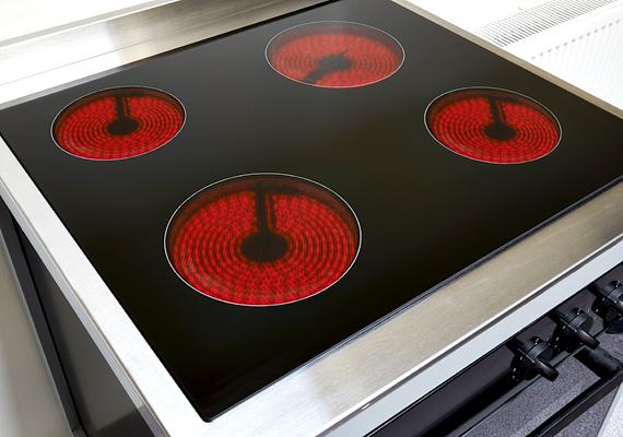 A villanytűzhely használata is nagyobb mértékben megemelheti a villanyszámlát. Ha sokat használod, érdemes odafigyelni néhány szabályra, például ügyelj rá, hogy a főzőlap mérete mindig illeszkedjen a láboséhoz, serpenyőéhez, érdemes továbbá fedőt is használnod. Spórolhatsz azon is, hogy az elektromos főzőlapok nem hűlnek ki olyan gyorsan: a főzés befejezése előtt akár öt-hát perccel is lekapcsolhatod a tűzhelyet, ami ugyanígy igaz az villanysütőre is.