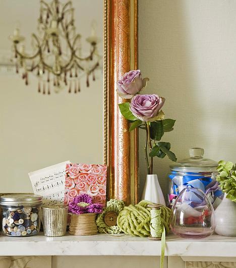 Egy izgalmas sarokMinél kevesebb tárgy van a nappalidban, annál tágasabbnak hat. Egyetlen polcot szemelj csak ki arra, hogy a csecsebecséid otthonául szolgáljon, de itt is csak a legszebb, legmutatósabb dekorációkat helyezd el.