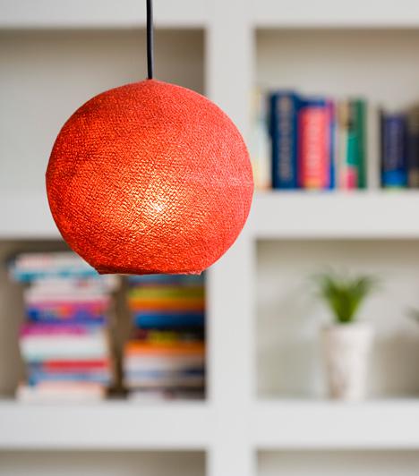 Lámpa, színesbenÖnmagában is jól mutat, este pedig titokzatos fénybe borítja a nappalit. Mi az? Egy filléres, papírmasé lámpa, amivel olcsón feldobhatod a helyiséget.