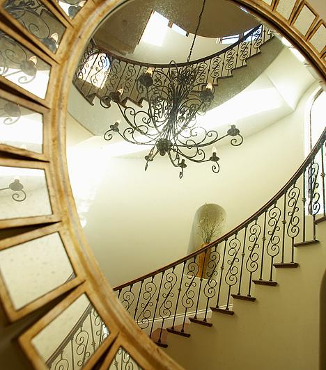 Tükröt a falraHa kicsi a nappalid, ne a bútoroktól igyekezz megszabadulni - persze nem árt azért rendben tartani a helyiséget. Inkább szerezz be egy hatalmas tükröt, és függeszd a falra. Ezzel optikailag megduplázhatod a teret.