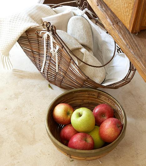 Pakolj a padlóra!Nem kell mindent az asztalon és a polcokon tartani! Szerezz be egy régi kosarat, hajtogass bele egy puha takarót, és helyezd a padlóra! Egy széles fatálban újságokat vagy éppen gyümölcsöt is tarthatsz itt, ezáltal otthonosabb lesz a légkör a helyiségben.