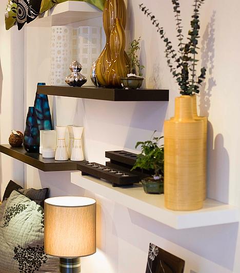 Polcokat a falraHa van szabad fal a nappalidban, fúrass fel rá néhány polcot egymás alá - egyiket kissé balra a fölötte lévőtől, a másikat pedig jobbra. Helyezz el az egyiken egy formás asztali lámpát, a másikon egy váza virágot, néhány gyertyát és képet. Mutatós, ráadásul praktikus tárolót kapsz így.