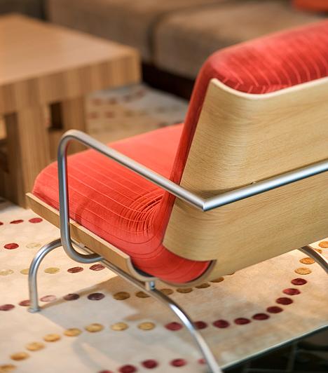 Egy új bútor                         Unod a kanapét vagy a dohányzóasztalt, de nincs pénzed lecserélni? Ne tedd! Inkább szerezz nekik egy különleges társat. Egy izgalmas színű és formájú szék is új színt visz majd a helyiségbe.