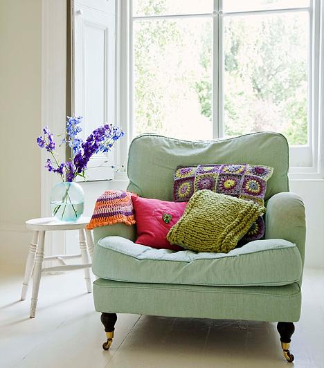 Színes díszpárnákA legolcsóbb megoldás unalmas kanapékhoz: dobd fel régi ülőgarnitúrádat néhány színes, mintás díszpárnával. Kényelmesebb is lesz az ülés rajta.Kapcsolódó cikk:10 apró trükk, amivel percek alatt újjávarázsolhatod a kanapét »