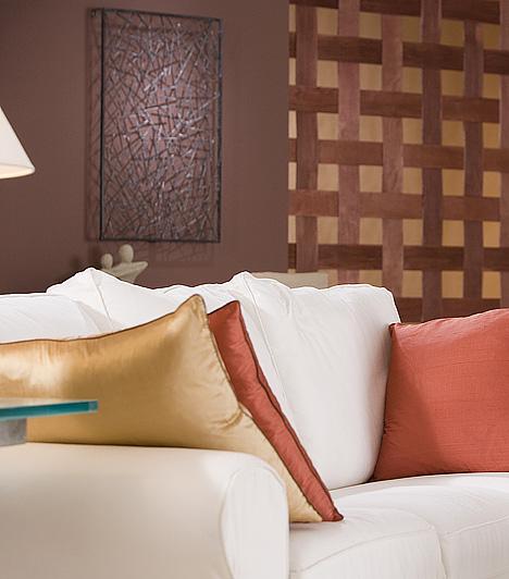 Izgalmas tapétaAz unalmas nappalit a legjobban modern, díszes tapétával lehet feldobni. Ha az egész helyiség kitapétázásához nincs kedved, egyetlen csík dekortapéta is elég ahhoz, hogy új színt vigyen a helyiségbe.
