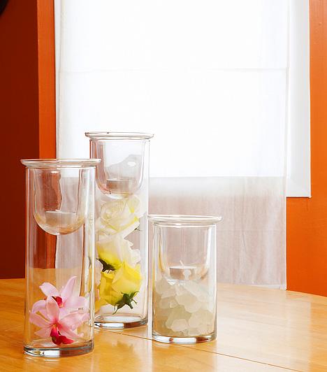 Apró dekorációkMécsesekkel vagy apró üvegcsékbe rejtett virágfejekkel is sokat változtathatsz a nappali összképén. Minél izgalmasabbak és minél látványosabbak, annál jobb.