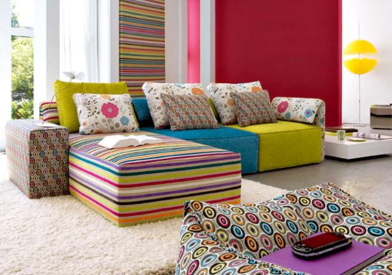 A vidám színek a legegyszerűbb nappalit is feldobják: válogass össze színes tárgyakat, majd pakold át őket ide, de néhány ezer forintért néhány tarka díszpárnát és plédet is vehetsz, melyekkel a kanapédat teheted frissebbé.