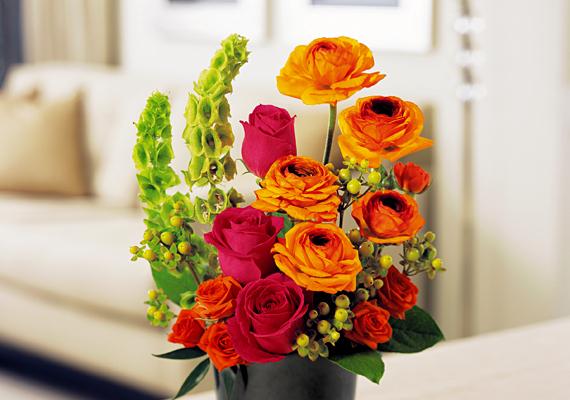 Egy színes, vágott virágokból álló, hatalmas csokor egy pillanat alatt romantikussá és hívogatóvá teszi a nappalit, ha annak középpontjában helyezed el.