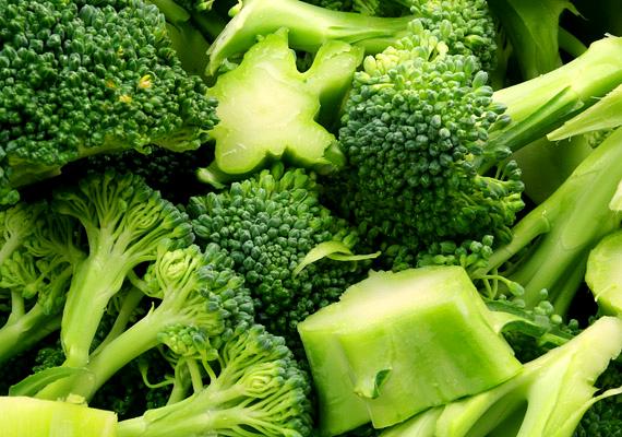 A brokkoli a leggyakrabban melegített zöldségek közé tartozik, annak ellenére is, hogy bármilyen formában hőkezelik, a benne található értékes tápanyagok károsodnak. A mikrohullámú sütőben való melegítés azonban különösen kockázatos, ennek során a brokkoliban található antioxidánsok akár 97%-a is elveszhet.