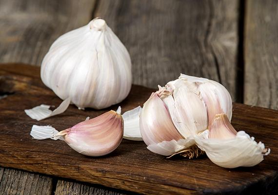 A fokhagymát szintén hűvös, száraz helyen érdemes tartani, a hűtőben azonban romolhat állaga, emellett könnyen ki is csírázhat.