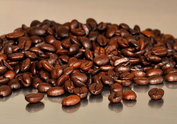 Vannak, akik frissessége megőrzése érdekében a kávébabot is a hűtőszekrénybe teszik, ezzel azonban jelentős mértékben veszíthet aromájából, emellett a hűtő illatanyagait is nagyon könnyen magába szívja - nem véletlen, hogy szagtalanításra is előszeretettel alkalmazzák. A kávébabot, ha nem is a hűtőben, mindenképpen tárold hűvösebb, sötét helyen.