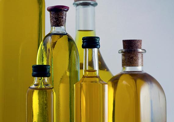 A különféle olajokat mindenképpen célszerű hűvös, sötét helyen tárolni, a hűtőszekrény azonban nem a legjobb minderre, ugyanis a hidegnek köszönhetően állaguk hosszabb távon besűrűsödhet, vajszerűvé válhat.