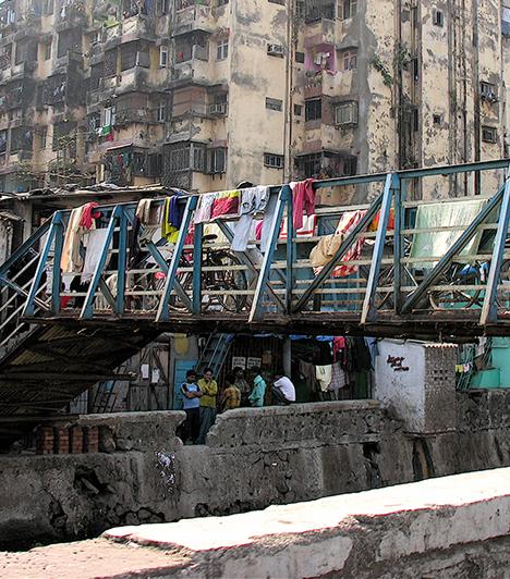 Dharavi, Mumbai, India  A mumbai Dharavi a világ egyik leghíresebb, egyúttal legnagyobb nyomornegyede, lakóinak számát 300 ezer és egymillió közé becsülik. Ez az a hely, mely tulajdonképpen Danny Boyle Gettómilliomos című filmjének egyik főszereplője volt, minek köszönhetően bizarr módon a turisták is elkezdtek érdeklődni iránta, ma már vezetett túrákat is tartanak.  Kapcsolódó cikk: Nyomornegyed közelében épült fel a világ legdrágább háza »