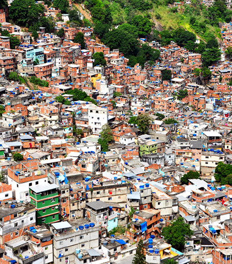 Rocinha, Brazília  Brazíliában, többek között Rio de Janeiróban faveláknak nevezik a nyomortelepeket, melyek többségét a szegénység, a piszok, a zsúfoltság, a bűnözés és a drogkereskedők uralják. A rendőrség hosszú ideig a favelák egy részével nem foglalkozott, sőt, tulajdonképpen be sem mertek menni, a 2016-os olimpia közeledtével azonban rákényszerültek, hogy megkezdjék megtisztításukat. A képen a riói Rocinha látható.  Kapcsolódó cikk: Képeken az égig érő nyomornegyed »