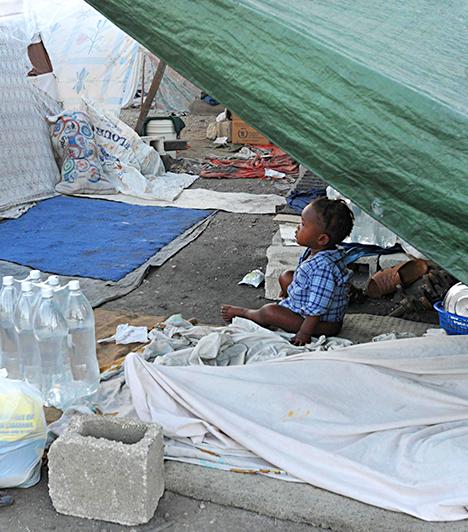 Cité Soleil, Haiti                         Cité Soleil-nek, vagyis Napvárosnak nevezik Haiti egyik legismertebb, a fővárosban, Port-au-Prince-ben található nyomornegyedét, melyben körülbelül 400 ezren élhetnek, embertelen körülmények között. A 2010-es haiti földrengés pedig csak súlyosbította a helyzetet.