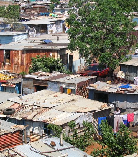 Soweto, Dél-afrikai Köztársaság                         A Johannesburg egyik elővárosát jelentő Soweto jelentős részén élnek mélyszegénységben, rendkívül rossz körülmények között az emberek.