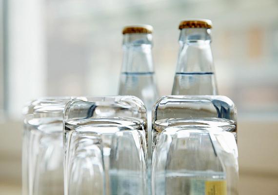 Ha száradás közben vagy a szekrényben annyira összeragadtak a poharak, hogy nem tudod, vagy épségük érdekében nem akarod erővel szétszedni őket, kenj egy nagyon kevés olajat az alsó pohár peremére, és így válaszd szét őket.