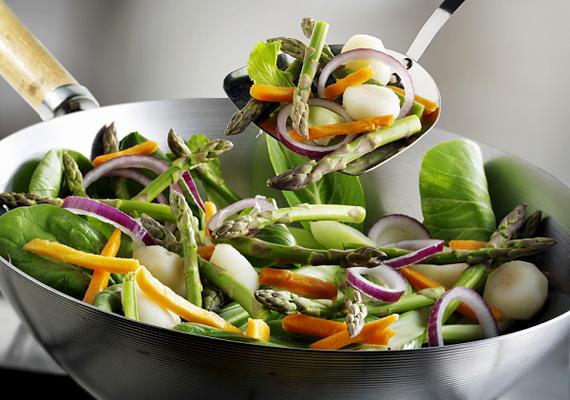 Ha néhány csepp olajjal áttörlöd a wok belsejét mosogatás után, elejét veheted a korróziónak.