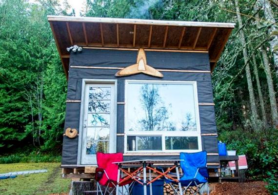 A képen látható, Transforming Tiny Home névre hallgató házikót Scott Brooks építette mindössze 500 dollárból - 140-150 ezer forint körüli összegnek felel meg -, bár azért azt hozzá kell tenni, hogy széleskörűen felhasznált újrahasznosítható elemeket, anyagokat.