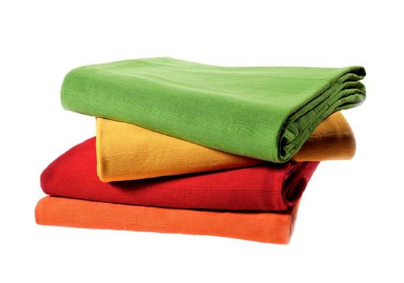 A KIKA kínálatában található, Duke Spring nevű, vidám, élénk színekben kapható ágytakaró 9990 forintba kerül.