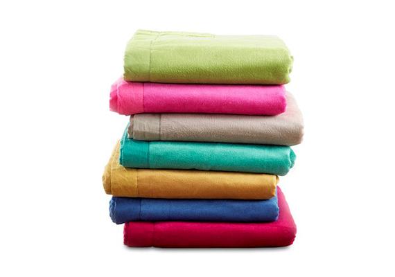 A Dormeónál szintén vehetsz ágytakarót, méghozzá élénk színekben: a Luka ágytakarók 3990 forintért kaphatók.