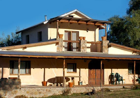 A szalmabálaházak természetes, környezetbarát és olcsó megoldást jelentenek. A képen látható otthon Argentínában épült fel.