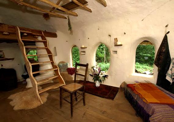 Az egyszerű épület belül egy konyhát, egy étkezőt és egy hálórészt foglal magában. Ha még több képet néznél meg róla, kattints ide!