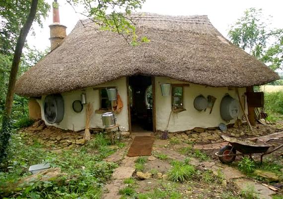 A képen az Angliában élő Michael Buck háza, a Cob House - kukoricacsőház - látható, melyet az anyagi ráfordítást tekintve 150 fontból, vagyis jelenlegi árfolyamon körülbelül 58-59 ezer forintnak megfelelő összegből épített fel.