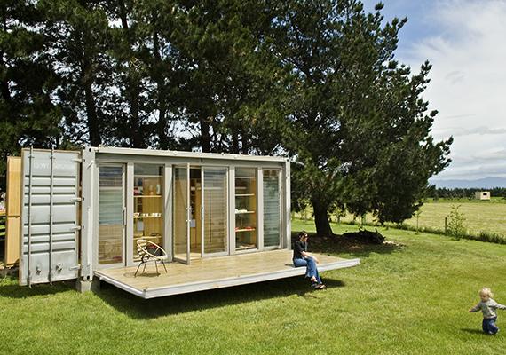 Nemrég írtunk a konténerházakról is - a konténerek egyik előnye, hogy egy kis kreativitással olcsón hangulatos lakhellyé alakíthatók.